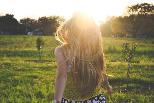 Картинки девушек с длинными волосами летом со спины
