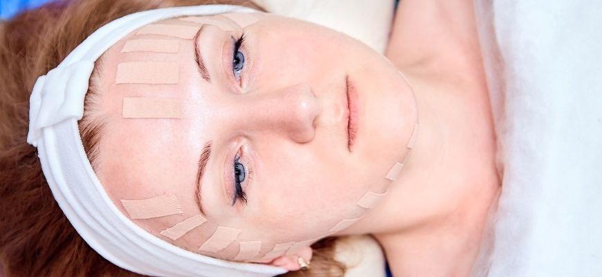 как правильно наклеивать тейпы на лицо от морщин